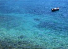 Boot in blauwe oceaan Stock Afbeelding