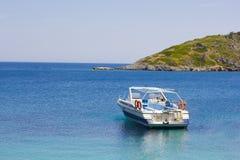 Boot in blauwe overzees op een kustlijn royalty-vrije stock foto's