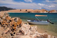 Boot in blauwe waterlagune wordt geparkeerd van Ammouliani-eiland, Halkidiki, Griekenland dat stock afbeeldingen
