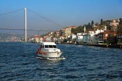Boot, Brücke und Küste von Bosporus in Istanbul Lizenzfreie Stockfotos