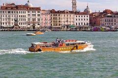 Boot Cadama Ostro mit Zahl VE 9425 im venetianischen Kanal Stockfotos