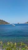 Boot, das auf das Meer schwimmt Stockbild