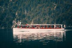 Boot, das auf Seeoberfläche schwimmt lizenzfreie stockfotos
