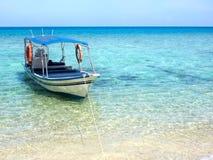 Boot, das auf Türkis farbiges Wasser schwimmt Lizenzfreies Stockbild