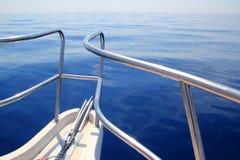 Boot, das blaues ruhiges Ozeanseebogengeländer segelt Stockfotografie