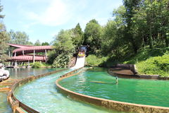Boot, das den Fluss an der Anziehungskraft Le Grand Splatch im Park Asterix, Ile de France, Frankreich hinuntergeht Lizenzfreies Stockbild