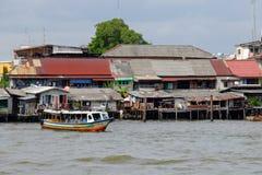 Boot, das in den Fluss schwimmt Lizenzfreie Stockbilder