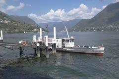 Boot, das den Pier verlässt Stockbild
