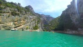 Boot, das den Verdon-Fluss zwischen die Kalksteinmasse segelt stock video