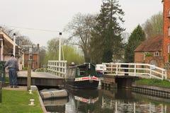 Boot, das durch Kanalverriegelung durchdreht Stockbild