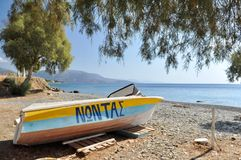 Boot, das in eine Küste legt Stockbild