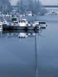 Boot, das einen Fluss hinuntergeht Stockbild