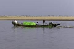 Boot, das einen Fluss hinuntergeht Stockfotos
