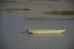 Boot, das einen Fluss hinuntergeht lizenzfreies stockfoto