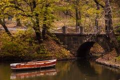 Boot, das einen Fluss hinuntergeht Stockbilder