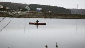 Boot, das einen Fluss hinuntergeht stock footage