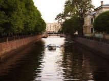 Boot, das einen Fluss hinuntergeht lizenzfreie stockfotos