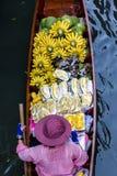 Boot, das Frucht verkauft Stockfotografie