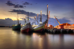 Boot, das am Hafen während des Sonnenuntergangs anlegt stockfotografie
