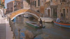 Boot, das nahe dem Brücke Venedig-Leuteweg entlang dem sonnigen Tag Wasser Italiens schwimmt stock video footage