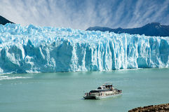 Boot, das nahe Perito Moreno Gletscher segelt. Stockfoto