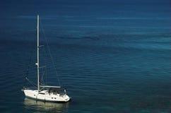 Boot, das in ruhiges Wasser schwimmt Stockfotografie