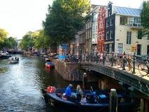 Boot, das unter die Brücke, Amsterdam geht stockfotos