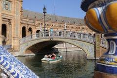 Boot, das unter nette Brücke überschreitet Lizenzfreie Stockfotos
