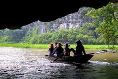 Boot, das von einer Höhle auftaucht stockfotografie