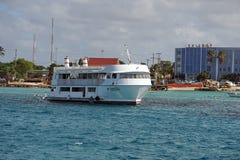 Boot in de haven op Grote Kaaiman stock afbeelding