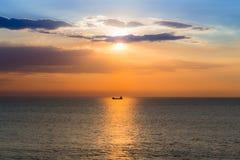 Boot in de oceaan met de achtergrond van de zonsonderganghemel Royalty-vrije Stock Afbeelding