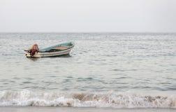 Boot in de overzeese kust Royalty-vrije Stock Afbeelding