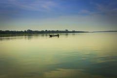Boot in de rivier Royalty-vrije Stock Afbeeldingen