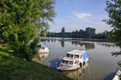 Boot in de rivier Stock Afbeelding