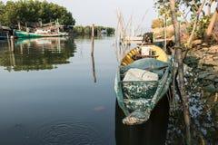 Boot in de rivier in de ochtend Stock Afbeeldingen