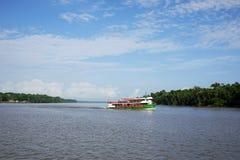 Boot in de rivier van Amazonië Stock Afbeeldingen