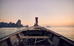 Boot in de tropische eilanden stock afbeelding