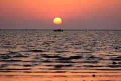 Boot in de zonsondergang royalty-vrije stock fotografie