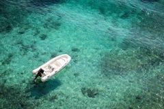 Boot in dem blauen Meer lizenzfreie stockfotos