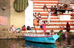 Boot in dem Fluss der Ganges nahe heiligem ghat mit Leuten in Varanasi, Indien Zeremonie frühen Morgens, Lizenzfreies Stockbild