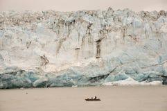 Boot in den Schatten gestellt von Childs Glacier Lizenzfreie Stockbilder