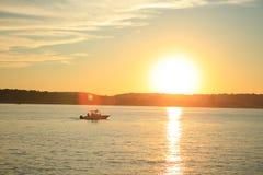 Boot in den Strahlen des Sonnenuntergangs Stockbilder