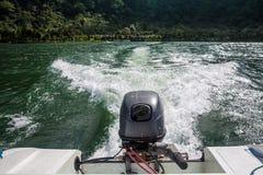 Boot in der Bewegung mit Schaumspur stockbilder