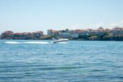 Boot in der Bucht von Sozopol in Bulgarien Stockbilder