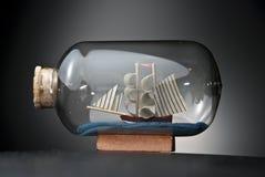 Boot in der Flasche auf Schwarzem Stockfoto