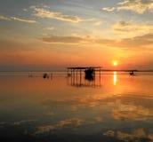 Boot an der Garage während des Sonnenaufgangs mit voller Reflexion Stockfotografie