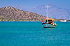 Boot an der Küste von Kreta Stockfotos