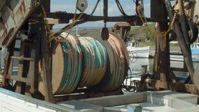Boot der kommerziellen Fischerei mit Netzen im Hafen stock footage