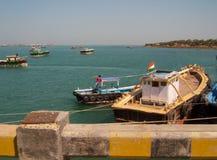 Boot in der Mitte Stockbild
