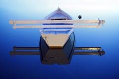 Boot in der Morgenruhe lizenzfreie stockfotografie